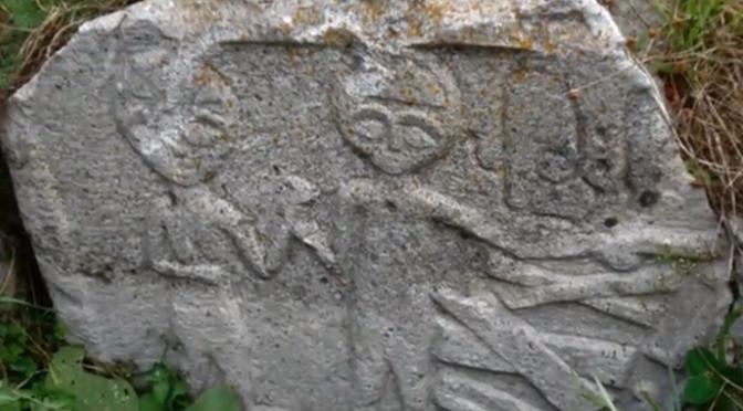 Pedra entalhada em alto-relevo mostrando aliens (idade desconhecida)