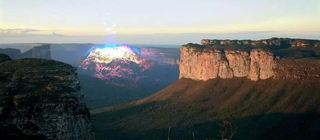 Na Chapada Diamantina, na Bahia, eventualmente surgem luzes misteriosas, que depois somem da vista. Veja o exemplo desta foto. Seria esta uma Cidade Jinas?